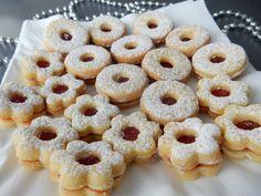 Výborný recept na linecké cukroví. Linecké cukroví patří k těm nejlepším a nejrozšířenějším druhům vánočního cukroví. Linecké těsto a linecké cukroví je ... Xmas Cookies, Yummy Cookies, Yummy Treats, Yummy Food, Christmas Sweets, Christmas Baking, Czech Recipes, Desert Recipes, Sweet Recipes