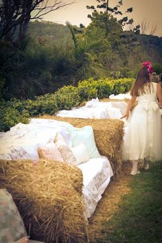 These are really cute and would be nice covered in old quilts for a party. Love these haybale sofas decked out with fabric and pillows for a wedding.