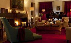 Con las bajas temperaturas llamando a la puerta, qué mejor que quedarnos en nuestro hotelito al calor de la lumbre. Estos son tres ejemplos de hotel con chimenea en las duras tierras del interior.