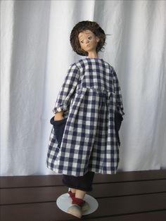 Η Λίνα, με μακριά φούστα , κάτω από το καρώ φόρεμα με τις πλεκτές τσέπες