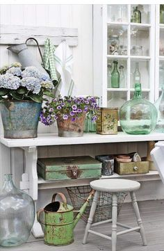 Shabby to Chic: Five Ways to Revamp and Modernize Your Shabby Chic Room - Sweet Home And Garden Shabby Chic Homes, Shabby Chic Decor, Vintage Decor, Rustic Decor, Vintage Items, Style Cottage, Cottage Living, Cottage Chic, Farmhouse Style