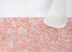 Où trouver un sol en vinyle terrazzo pas cher ? - Home decor ideas : terrazzo style vinyl flooring // Hellø Blogzine - Blog déco lifestyle - www.hello-hello.fr Terrazzo Flooring, Kitchen Flooring, Mon Cheri, Self Adhesive Floor Tiles, Ok Design, Luxury Vinyl Flooring, Pink Patterns, Interior Decorating, Website