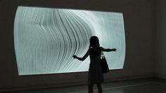 »  «              Het kunstenaarsduo Annica Cuppetellini en Cristobal Mendoza laat met 'Nervous Structures' zien dat kunst en technologie hand in hand gaan. Een beamer projecteert 144 witte lijnen op de muur, waarmee voorbijgangers dankzij een bewegingssensor kunnen spelen. Inderdaad behoorlijk nerveus, zo laat de onderstaande video zien.