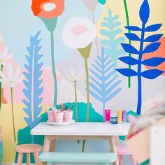 Mural infantil de flores en el cuarto de juegos
