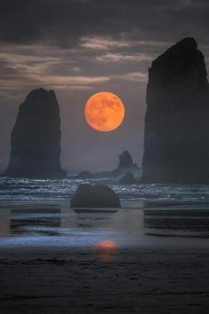 "modern-vibe: "" a_guy_named_eric Cannon Beach, Oregon "" Beautiful Landscapes, Beautiful Images, Cannon Beach Oregon, Image Nature, Nature Nature, Shoot The Moon, Moon Photography, Travel Photography, Good Night Moon"