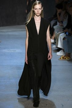 See the complete Narciso Rodriguez Spring 2017 Ready-to-Wear collection.