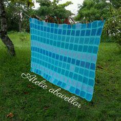 Manta em croche de solteiro feita de squares em tons azul www.abavellar.blogspot.com