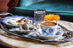 Saray mutfağında ve evlerde yerini alan kahve, çok miktarda tüketilmeye başlandı. Çiğ kahve çekirdekleri tavalarda kavrulduktan sonra dibeklerde dövülerek cezvelerde pişirilmek suretiyle içiliyor ve en itibarlı dostlara büyük bir özenle ikram ediliyordu.