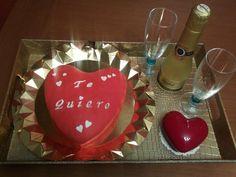 Tarta romántica, con dos copas, una botellita de champán y una vela en forma de corazón, todo en una elegante bandeja!!