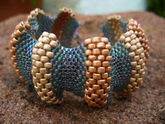 This Pin was discovered by I'm Wave Jewelry, Seed Bead Jewelry, Bead Jewellery, Jewelry Art, Seed Beads, Candy Bracelet, Beaded Bracelets, Beaded Jewelry Patterns, Beaded Jewelry