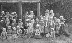 Marken klassefoto 1950 vrij veel kinderen nog in klederdracht. Vanaf zo ongeveer 1984 zie je ineens niemand meer in klederdracht...