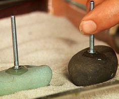 Puxadores em seixos rolados colados resina.