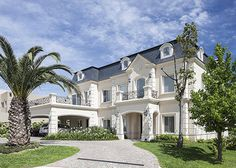 Luxury Homes Mansions & High End imóveis . Classic House Design, Dream Home Design, My Dream Home, French Chateau Homes, Porte Cochere, Dream Mansion, Bungalow House Design, Beautiful Houses Interior, Modern Mansion
