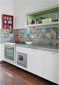Una pared de azulejos hidraulicos de colores puede ser una bella y creativa solucion para ARMONIZAR una cocina excesivamente blanca