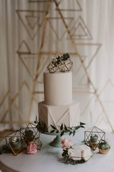 Keeping your wedding cake simple can be a wonderful thing when geometric shapes + greenery are involved.