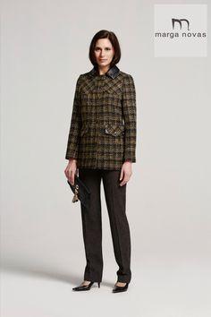 Los cuadros son una apuesta segura para la temporada de invierno y desde #MargaNovas te proponemos un look ideal que combina chaqueta de base negra y cuadro amarillo con elegantes detalles en cuello y bolsillos con un pantalón recto en tono oscuro.