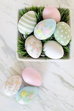 DIY craft idea for Easter with Easter eggs printed with flowers - a pretty .DIY craft idea for the Easter season to print Easter eggs with flowers - a pretty decoration for the Easter breakfastDIY Plastic Easter Eggs, Easter Egg Crafts, Painted Eggs Easter, Painting Eggs For Easter, Cool Easter Eggs, Bunny Crafts, Easter Gift, Happy Easter, Diy Crafts