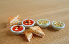 Mini grilled cheese and soup cute! Miniature Food, Miniature Dolls, Mini Grilled Cheeses, Gato Grande, Tiny Food, Polymer Clay Charms, Miniture Things, Dollhouse Miniatures, Diy Dollhouse