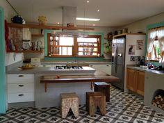 Piso estampado na cozinha e balcão de madeira.