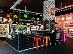 Das Toykio in Duesseldorf bieten neben einer kreativen Atmosphäre den besten Crispy-Salami-Bagel ever!