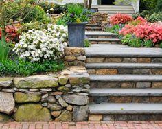 Bei der Gartengestaltung ist Naturstein als Bau- und Werkstoff ebenso angesagt wie Holz