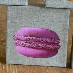 Tableau d'un macaron à la fraise peint à la main sur toile de lin en 3 d