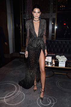 Look do dia: Kendall Jenner usa vestido longo com fenda lacradora   Capricho