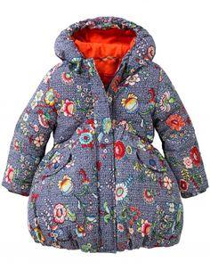 De perfecte winterjas is gevoerd met   het zachtste dons en is gemaakt van polyester dat letterlijk weer en wind   tegenhoudt. De onderzijde staat mooi wijd uit, wat dit jasje een prachtig   silhouet geeft. Met een voering van zacht stretchkatoen.