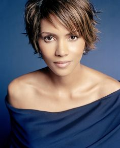 Halle Berry is now married for the third time with a son. still irresistible even now! Halle Berry Style, Halle Berry Hot, Wedding Hairstyles For Women, Celebrity Wedding Hair, Hale Berry, Hair Dos, Beautiful Celebrities, Sensual, Short Hair Styles