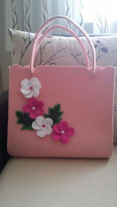 Tante Idee per Borse – Bags Tutorial diy Borse - Bag - Fatto con Amore Felt Crafts, Diy And Crafts, Bag Pattern Free, Rosa Rose, Felt Purse, Patchwork Bags, Fabric Bags, Felt Flowers, Pink Flowers