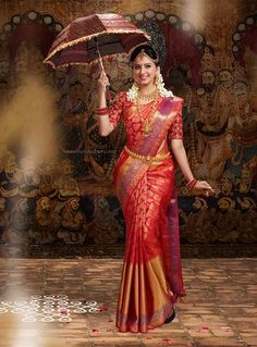 South Indian Bride wearing Silk Saree and Holding the Umbrella. Bridal Sarees South Indian, Indian Bridal Outfits, Wedding Silk Saree, Indian Bridal Fashion, Indian Dresses, Bridal Dresses, South Indian Bride Jewellery, South Indian Bride Hairstyle, Kanchipuram Saree Wedding
