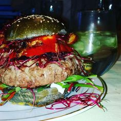 Öhm... also DieLpunkt hat sich heute zum Geburtstag Turger gewünscht. Keine Torte sondern Burger. Dazu Gin Tonic für die Erwachsenen und schwups ist die Welt in Ordnung!! Habt nen schönen Abend!  #fraubpunkt #pin #burger #burgerlove #birthday #bbq #blackangus #bun #sprouts #notveggie #gintonic #hendricks #bacon #yumyum #foodie #blogger