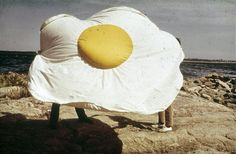 (SE) Claes Oldenburg - Sculpture in the Form of a Fried Egg Pop Art Party, Huevos Fritos, Food Sculpture, Jim Dine, Egg Art, Everyday Objects, Public Art, Retro, Installation Art