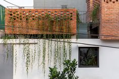 VH House / ODDO architects Concrete Siding, Brick Siding, Brick Facade, Brick Wall, Brick Architecture, Architecture Portfolio, Brickwork, Traditional House, Greenery