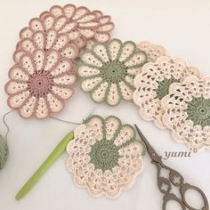 New Crochet Patrones Ganchillo Cuadrados 70 Ideas - Diy Crafts Crochet Daisy, Crochet Dollies, Crochet Leaves, Crochet Potholders, Crochet Flower Patterns, Crochet Home, Crochet Gifts, Crochet Motif, Crochet Flowers