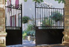 Le portail battant Rafaela fait partie de la gamme Prestige. D'esthétique traditionnelle, il peut être commandé en acier galvanisé à chaud, garanti 10 ans. Old Gates, Metal Gates, Iron Gates, Iron Garden Gates, Garden Doors, Driveway Landscaping, Driveway Gate, Stair Railing Design, Fence Design