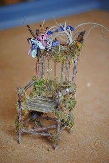 Twig fairy chair with moss and flowers. Amazing DIY Fairy House Ideas - Crafts and DIY Ideas Fairy Garden Furniture, Fairy Garden Houses, Fairies Garden, Fairy Crafts, Garden Crafts, Garden Ideas, Fairy Village, Fairy Tree, Ideias Diy