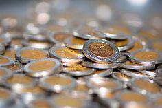 Криптоэнтузиасты часто говорят о биткоинах как о страховке от инфляции. Почему? Основной аргумент в том, что центральные банки печатают деньги и это приводит к инфляции или снижению стоимости денег с течением времени. Биткоин, напротив, имеет фиксированный лимит в 21 миллион монет. Это ограниченное предложение позволяет биткоину противостоять инфляции. Coins, Personalized Items, Chains, Rooms
