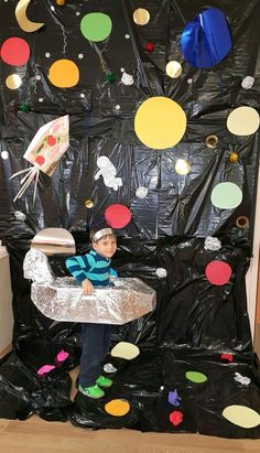 Utilize black trash bags for backdrop price friendly Space Classroom, Classroom Themes, Space Projects, Science Projects, Space Crafts For Kids, Art For Kids, Space Activities, Craft Activities, Outer Space Theme
