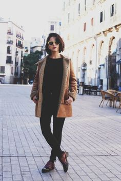 sheepskin coat look - style in lima Look Fashion, Winter Fashion, Fashion Outfits, Sheepskin Coat, Shearling Jacket, Fall Winter Outfits, Black Skinnies, European Fashion, Everyday Outfits