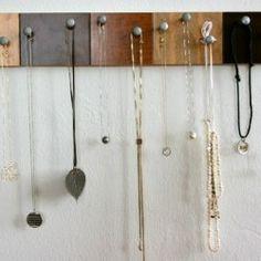Au lieu d'accrocher les bijoux pourrait être des crochets pour vêtements