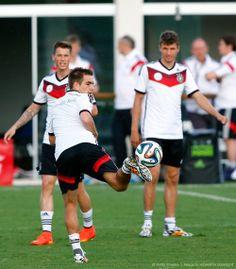 Erik Durm and Thomas Müller admiring Philipp Lahm's fancy footwork