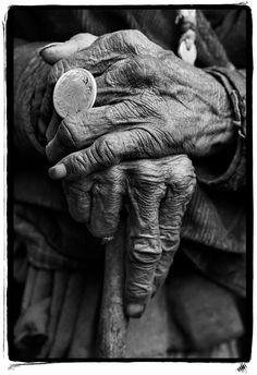Las arrugas de las manos reflejan el carácter de haber pasado por un proceso y sugiere a este personaje como principal hacedor. La propiedad con la que agarra el bastón sugiere una satisfacción del deber cumplido