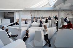 Experimental Work Landscape – Fubiz™  Dans la galerie Looiersgracht 60 à Amsterdam, le studio de design hollandais RAAAF et l'artiste Barbara Visser ont conçu un espace de travail qui rejette la position assise et les conventions liées à la vie de bureau : on peut donc s'accouder, s'adosser ou s'allonger sur les différents modules. Un paysage expérimental et atypique qui réinvente les locaux, appelé « The End of Sitting ».
