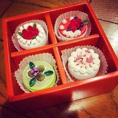 quilling cake Quilling Cake, Quilling Paper Craft, Paper Crafts, Cap Cake, Pet Bottle, Love Craft, Food Crafts, Miniature Food, Paper Mache