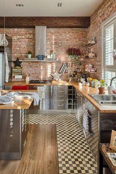 Cozinha: tijolo aparente e cozinha industrial. O contrasenso racional e a lógica da estética. Kitchen Interior, New Kitchen, Kitchen Dining, Kitchen Decor, Kitchen Ideas, Dining Rooms, Kitchen Cabinets, Decorating Kitchen, Kitchen Photos