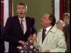 """МУЋКЕ: Догодине у ово доба бићемо милионери! (видео)  Култна британска ТВ серија """"Мућке"""" прославила је 34. рођендан. Прва епизода """"Мућки"""" емитована је 8. септембра 1981. године под називом """"Велики брат"""". У самом почетку серија није наишла на одушевљење публике, ал�"""