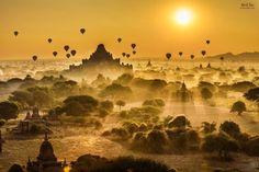 Восход солнца над храмами Баган в Мьянме
