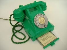 Imagem de http://moblog.net/media/r/e/t/retrogal/very-rare-1950s-green-bakelite-telephone-1.JPG.