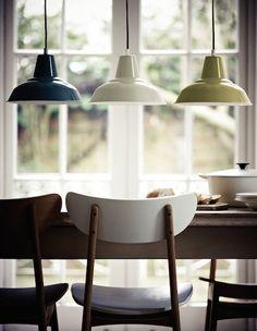 שלוש מנורות מעל השולחן